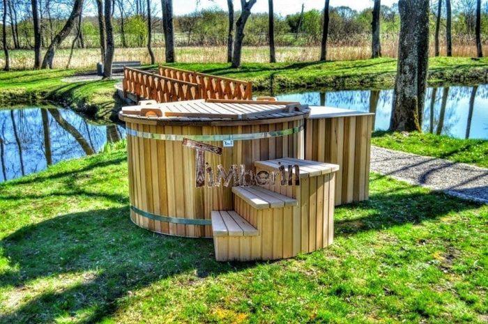 Badetonne-Badezuber-Badebottich-Badefass-im-Garten-rote-Zederholz-700x465 Badezuber - Badefass - Badetonne - Badebottich - Hot Tubes für Ihren Garten!