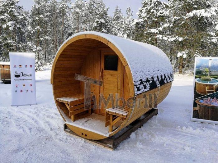 Fasssauna-Winter-mit-Veranda-und-Elektroofen-Harvia--700x525 Fasssauna - Saunafass - Aussensauna mit Vorraum, Holzofen in der Schweiz kaufen