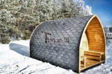Sauna-für-draußen-Winter-mit-Elektroofen-und-Veranda-Iglu-500x500 Fasssauna - Gartensauna - Saunafass - Außensauna mit Vorraum, Holzofen für draußen