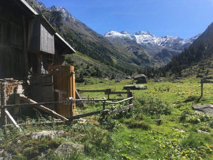 Outdoor-Holzdusche-für-Sauna-oder-Whirlpool-Christjohannes-Sufers-Schweiz-2-700x525 Outdoor-Holzdusche für Sauna oder Whirlpool, Christjohannes, Sufers, Schweiz