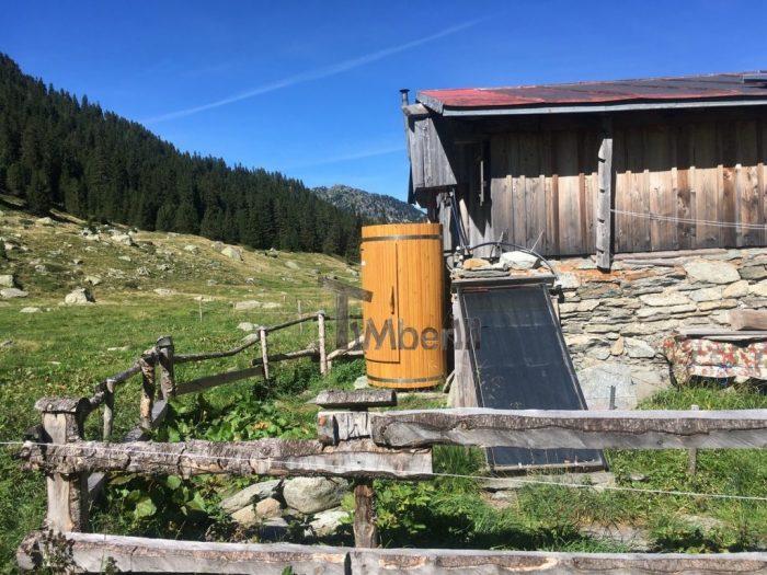 Outdoor-Holzdusche-für-Sauna-oder-Whirlpool-Christjohannes-Sufers-Schweiz-3-700x525 Outdoor-Holzdusche für Sauna oder Whirlpool, Christjohannes, Sufers, Schweiz