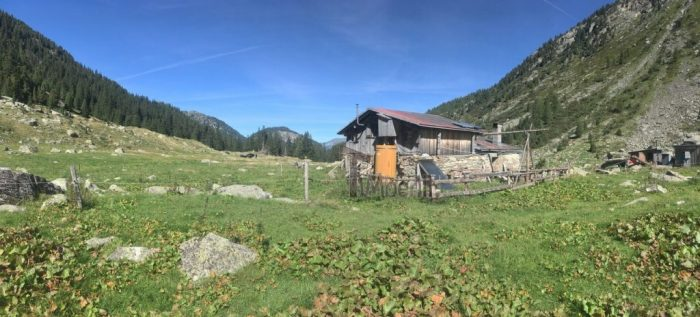 Outdoor-Holzdusche-für-Sauna-oder-Whirlpool-Christjohannes-Sufers-Schweiz-4-700x317 Outdoor-Holzdusche für Sauna oder Whirlpool, Christjohannes, Sufers, Schweiz