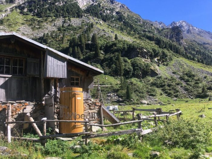 Outdoor-Holzdusche-für-Sauna-oder-Whirlpool-Christjohannes-Sufers-Schweiz-5-700x525 Outdoor-Holzdusche für Sauna oder Whirlpool, Christjohannes, Sufers, Schweiz