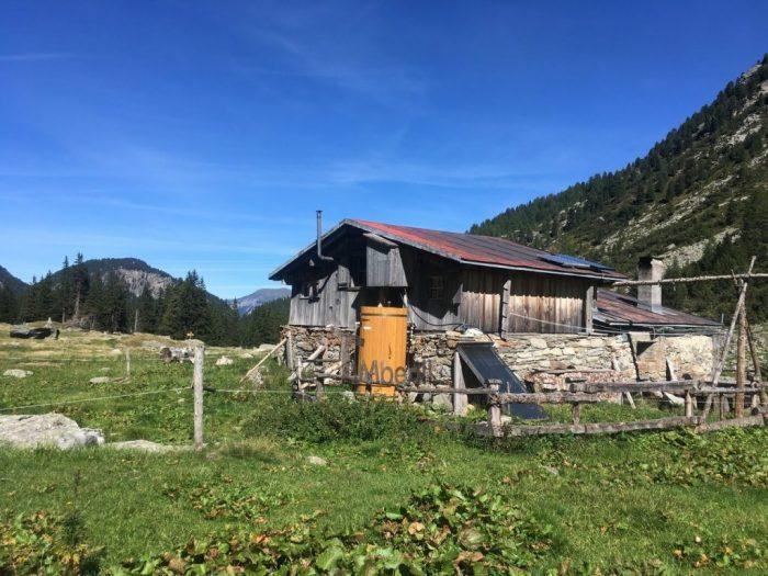 Outdoor-Holzdusche-für-Sauna-oder-Whirlpool-Christjohannes-Sufers-Schweiz-8-700x525 Outdoor-Holzdusche für Sauna oder Whirlpool, Christjohannes, Sufers, Schweiz